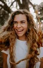 """Zâmbește! Cum să faci față în momentele decisive, de oboseală și stres cu cea mai bună """"armă"""""""