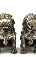 Fiecare detaliu al acestei perechi de statuete este foarte important și are o simbolistică aparte. Cele două statuete ce reprezintă Câinii Fu Feng Shui sunt