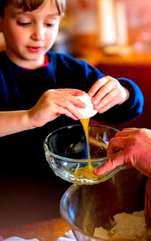 Implicarea copilului în bucătărie se poate dovedi extrem de utilă pentru educația sa și pentru dezvoltarea diferitelor aptitudini. Micuțul va dezvolta,