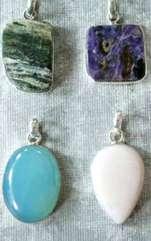 Dacă încă nu știi care este, iată cum poți să afli ce amuletă să îți alegi. Probabi știi deja că pietrele prețioase și semiprețioase atrag diverse
