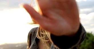 7 forme de control care dăunează în orice relație. Ferește-te de ele!