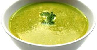 Energie și sănătate în farfurie – supă cu migdale, semințe de chia și apă de cocos