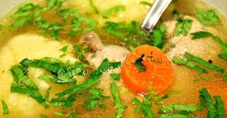 Supă de pui cu găluște pufoase de griș, rețeta tradițională